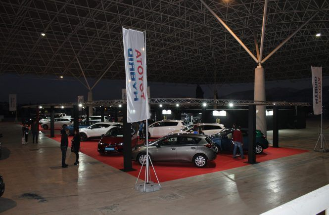 Stand Toyota Exterior noche