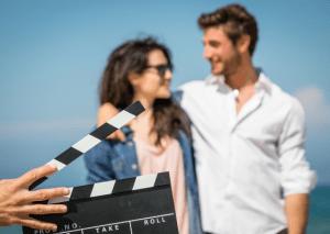 Pedida de mano con actores creando una historia