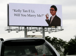 Pedida de mano en un cartel publicitario